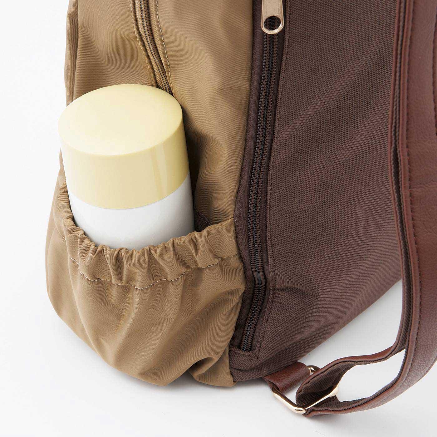 ペットボトルや折りたたみ傘が入る便利なゴム仕様のポケット。