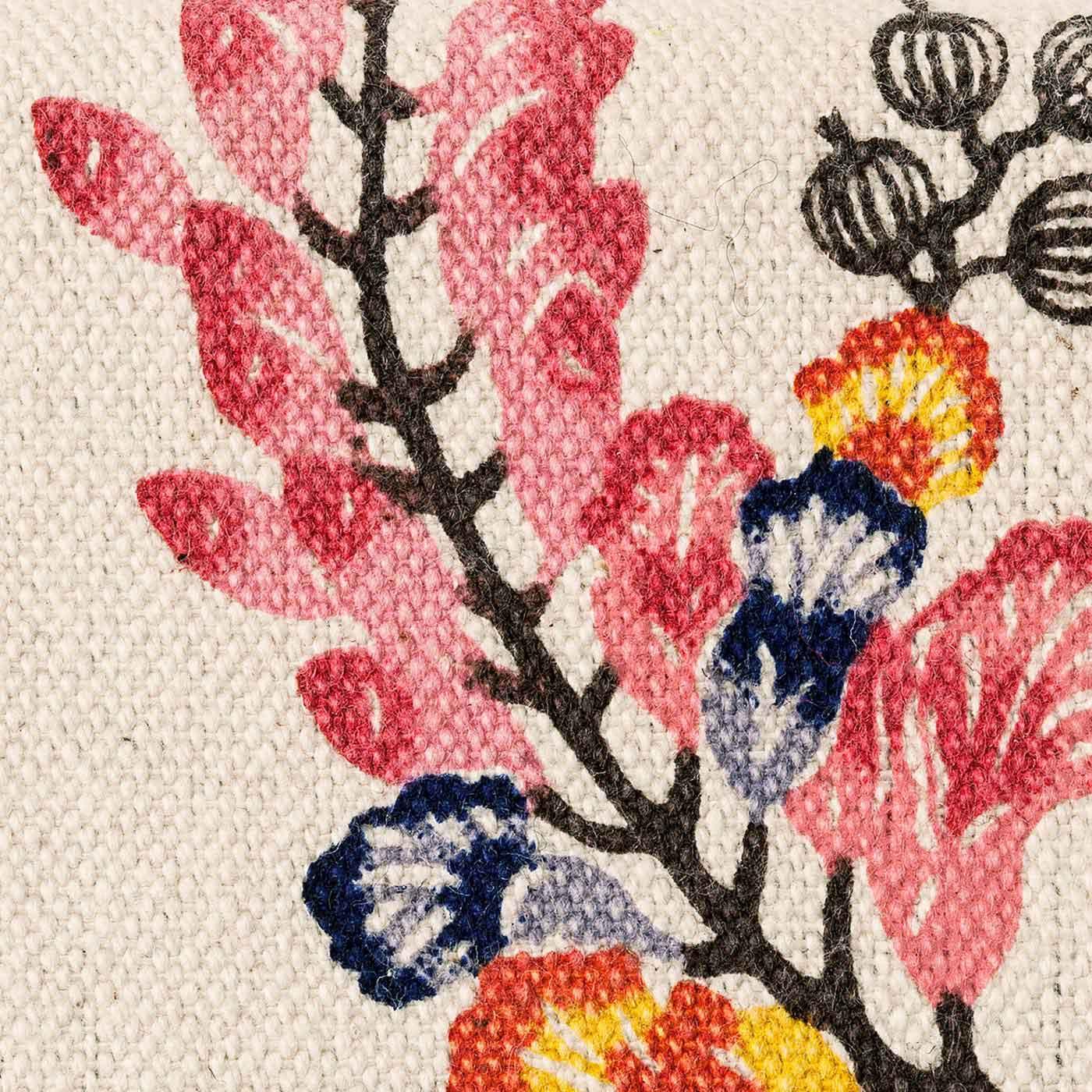 あえて綿花のカスを残したナチュラルな風合いのキャンバス地を使用。沖縄伝統工芸の琉球紅型のデザインを、プリントで再現しました。