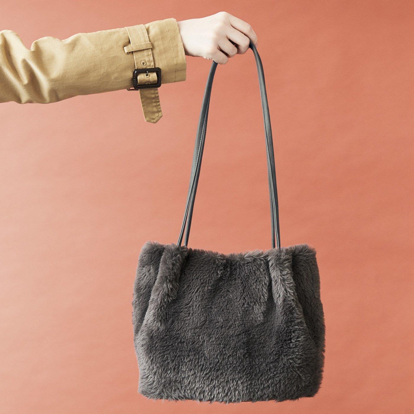 UP.de ふわふわの手ざわりに癒やされる 大人グレーのファーショルダートートバッグ