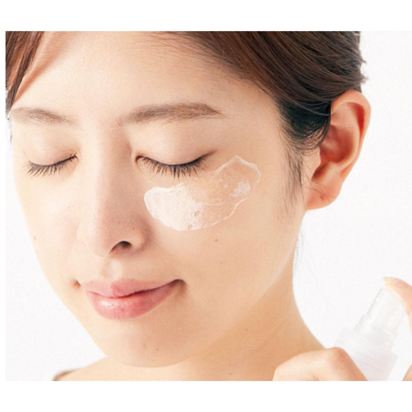 化粧水や精製水をなじませると液状に変化します。