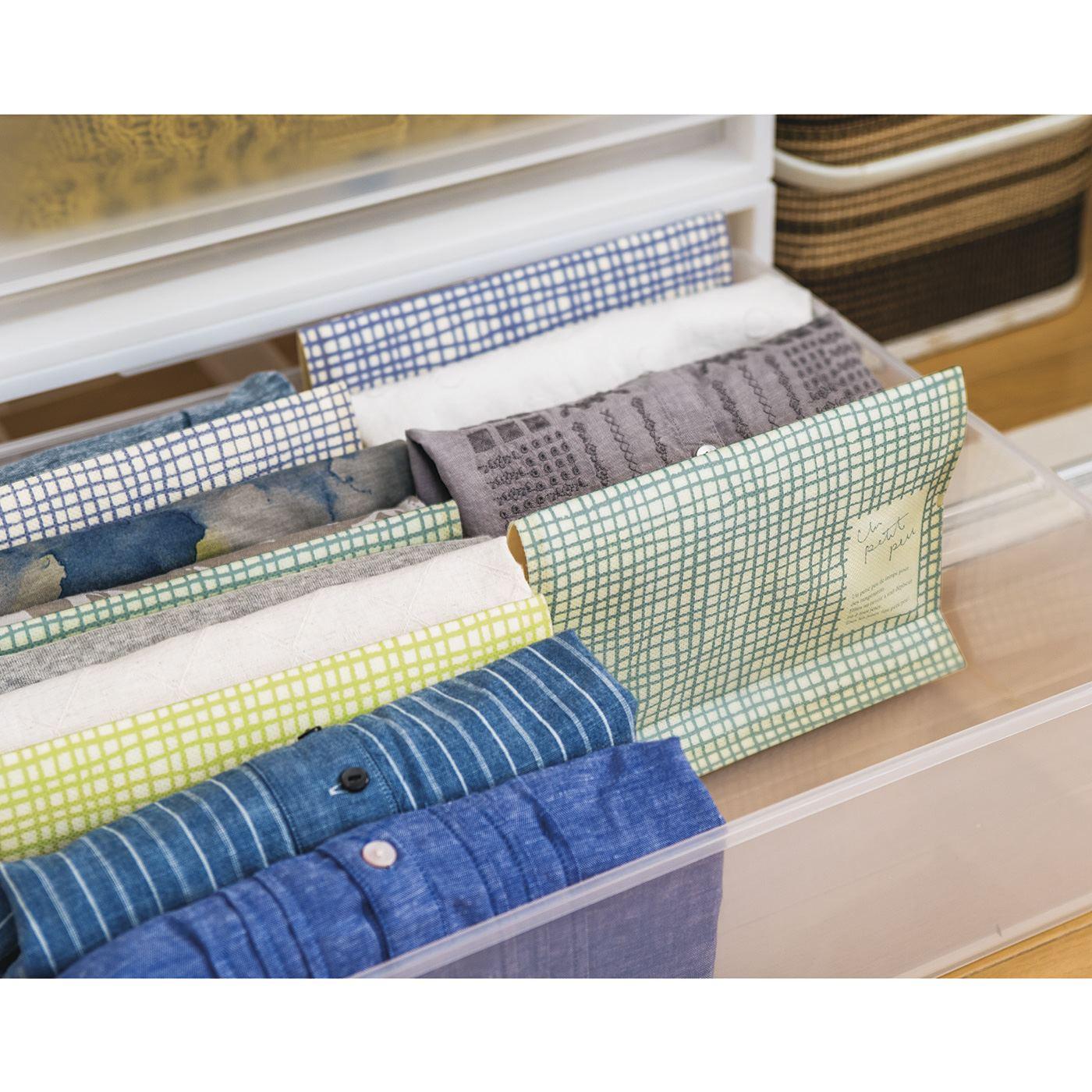 衣装ケース内の仕切りとして使えば、取り出しやすい立て収納が可能に。