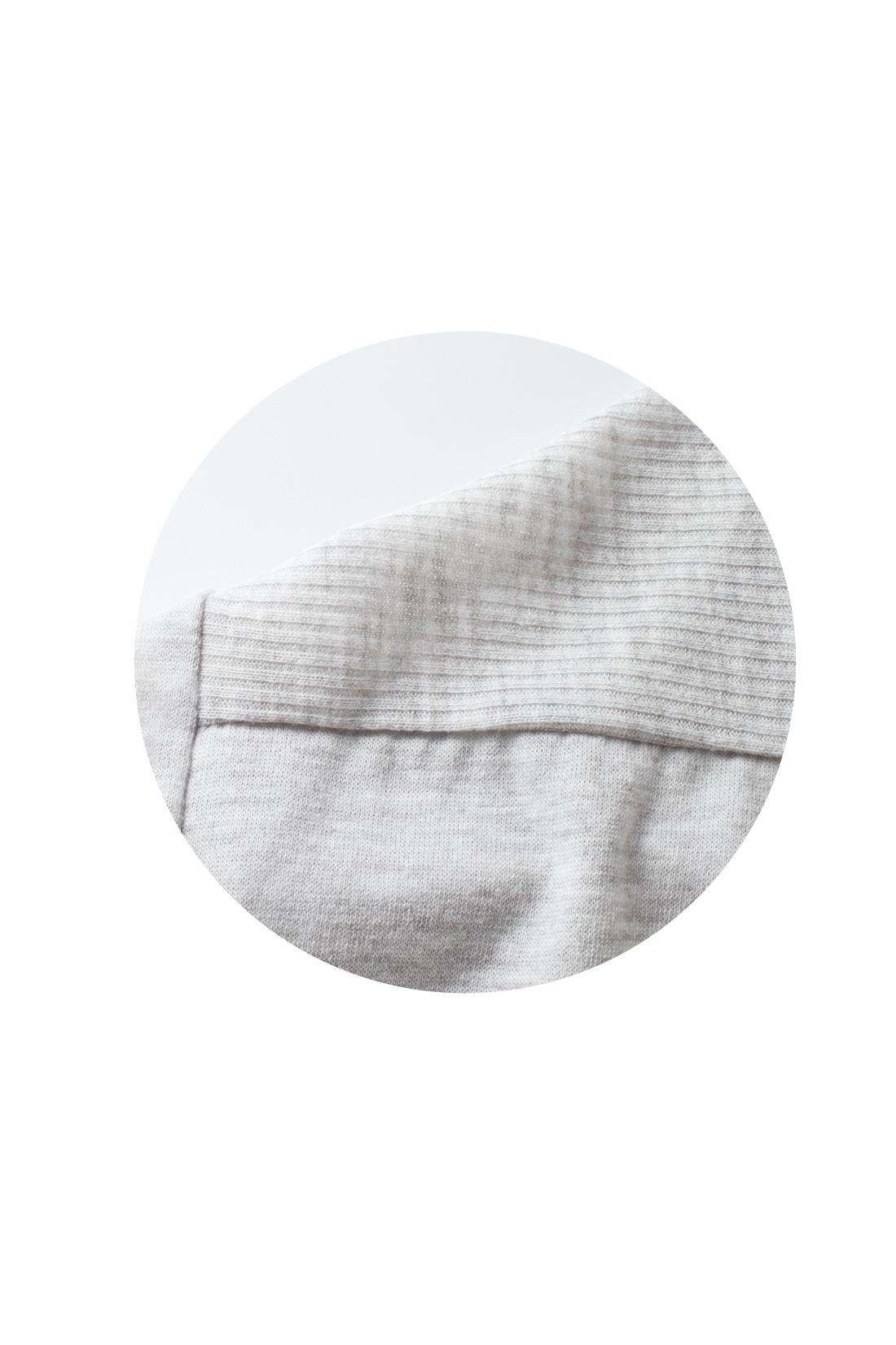ネックまわりと袖口はリブの切り替えでキリリと引き締めて。