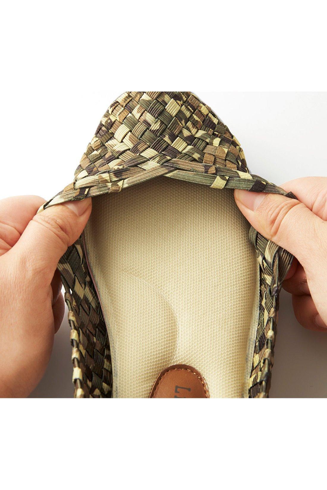 ムレにくく涼しい、編み編みの総ゴムメッシュ仕様。らくらく伸びて足にやさしくフィット。