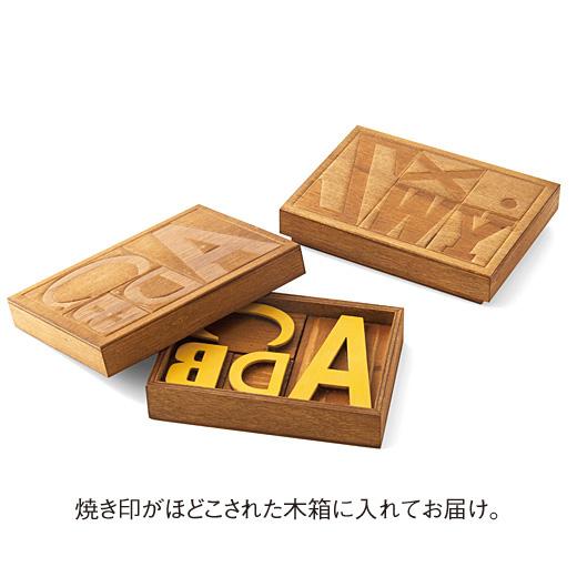 焼き印がほどこされた木箱に入れてお届け。
