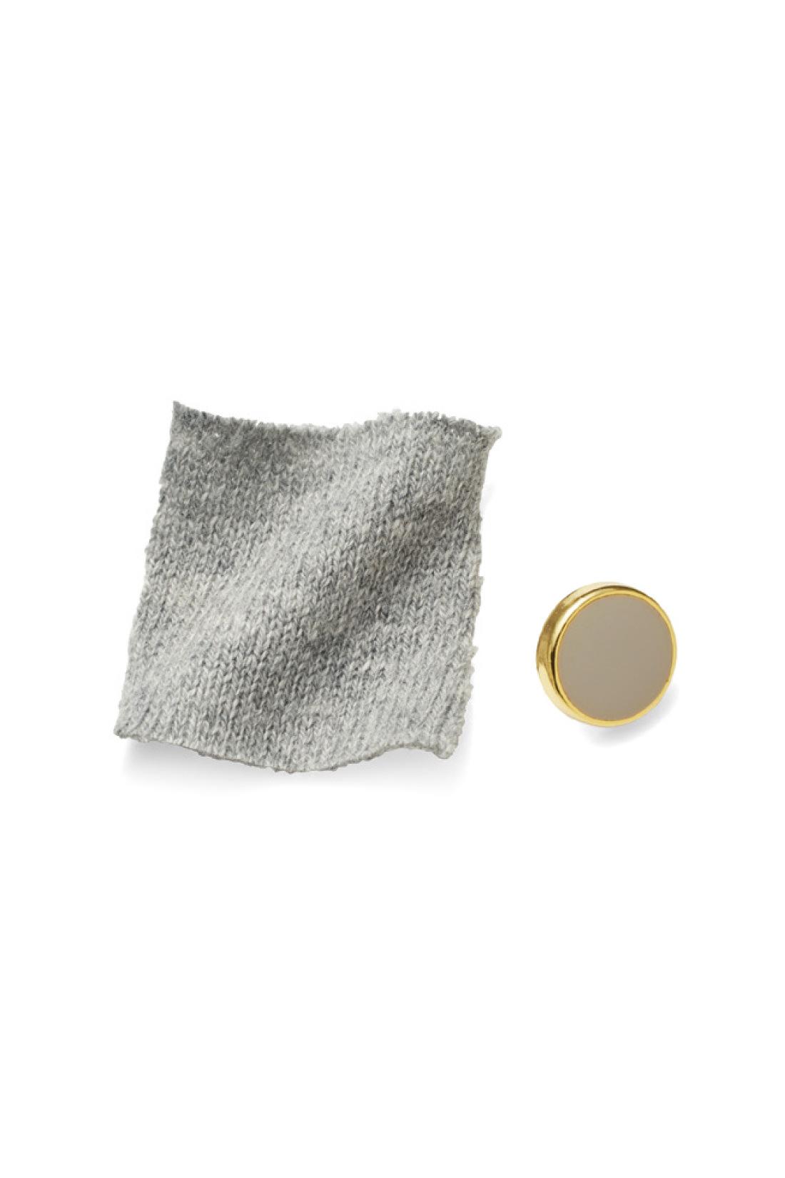 やさしい肌ざわりのコットン100%のニット素材。ゴールドフレームのボタンも大人っぽい。※お届けするカラーとは異なります。