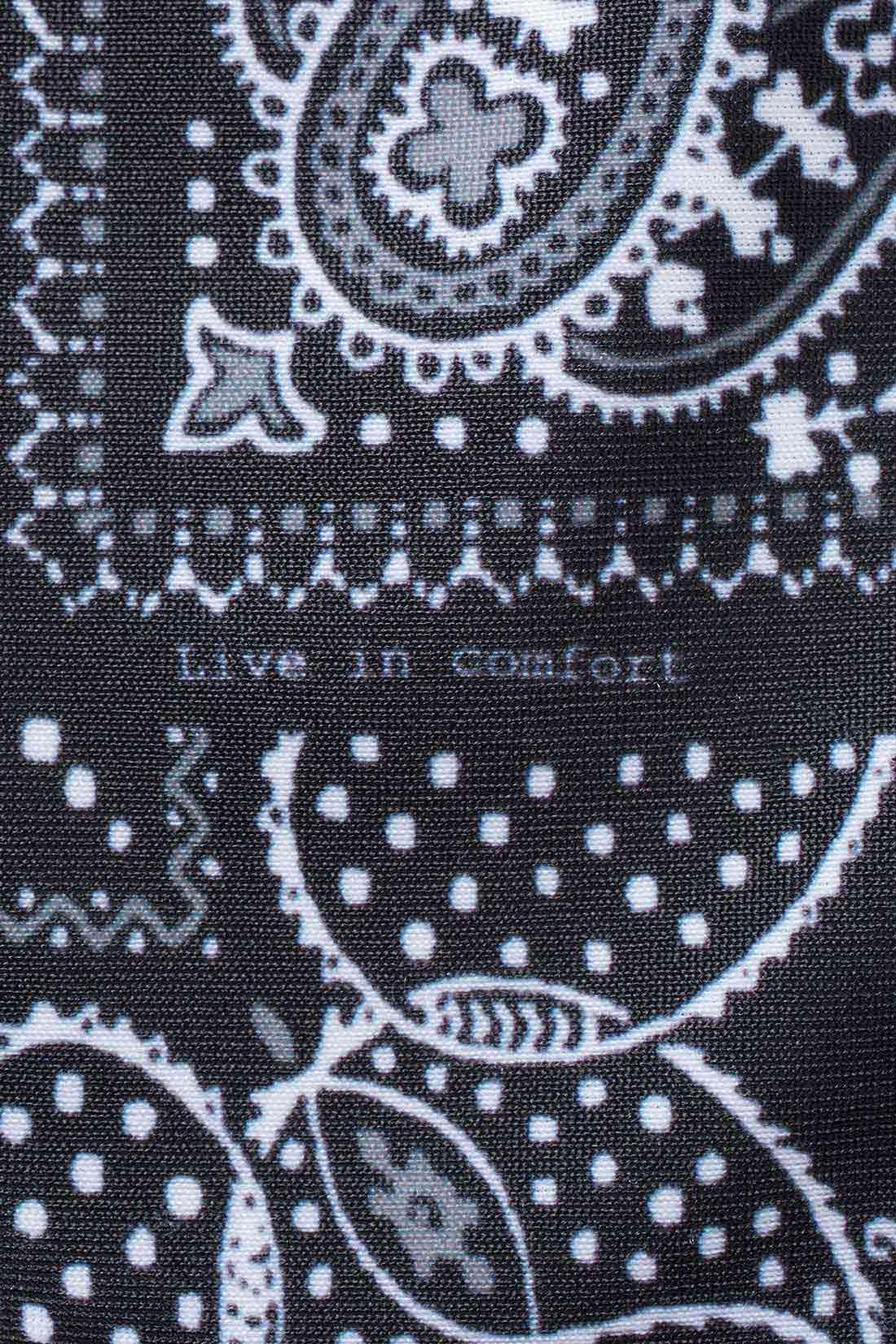 旬なバンダナ柄もモノトーンだから大人かわいい印象。よく見ると、柄の中に「Live in comfort」のロゴ発見!