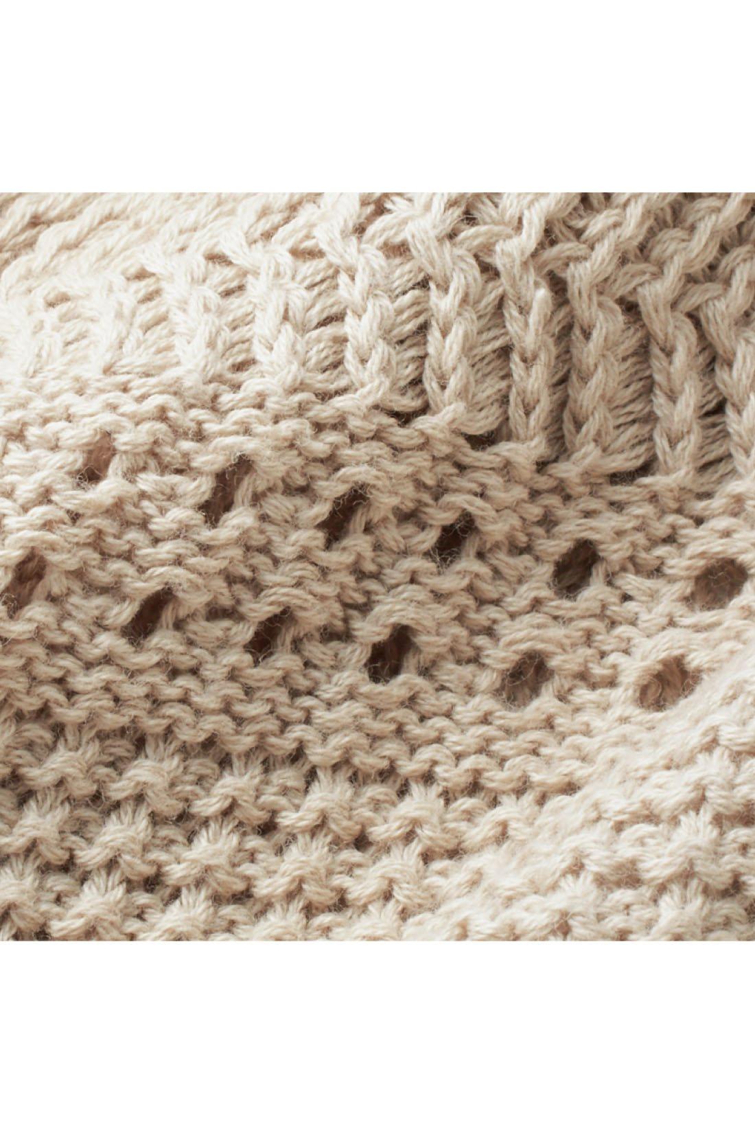 繊細なボーダー風の透かし編みが華やか。身ごろの透け感は控えめなので、インはタンクトップ一枚でも安心です。 ※お届けするカラーとは異なります。