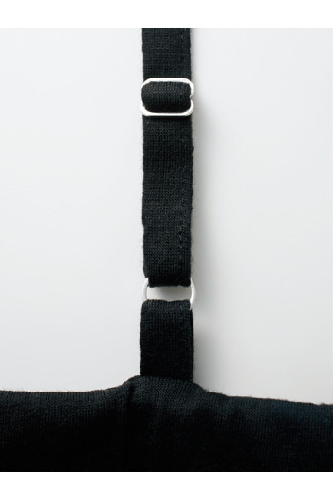肩ひもは長さを調節できるアジャスター付き。