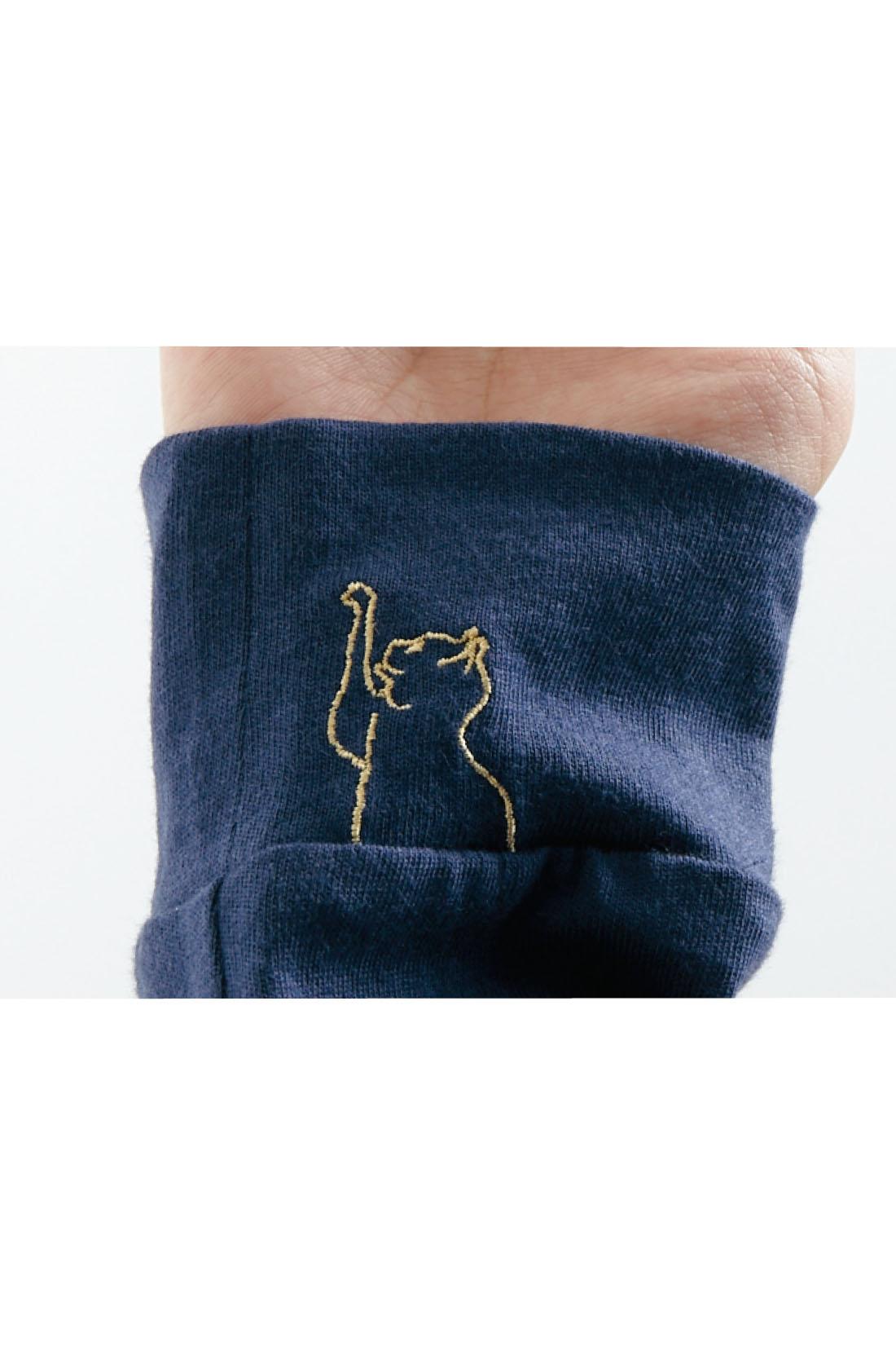 「猫の手も借りたい」くらい忙しい時にもクスっと気持ちがなごむように、右袖口に猫の刺繍入り。