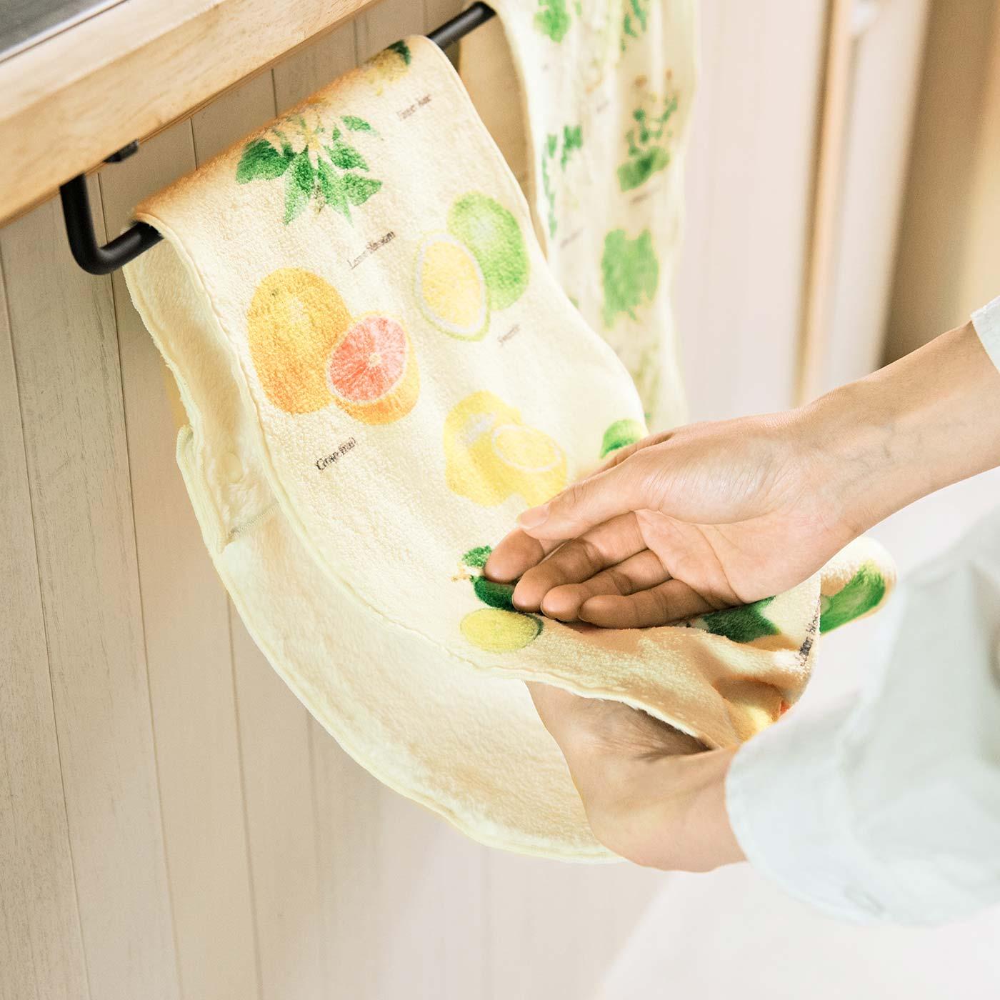 両端をスナップで留めれば、くるくる回していつでも乾いた面を使えます。