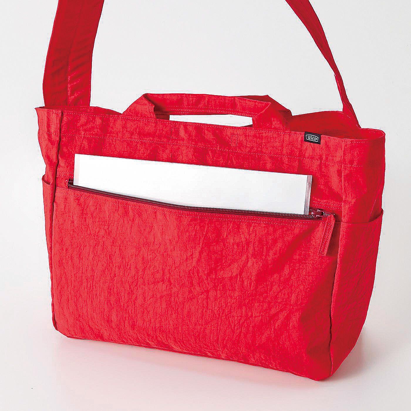 お財布やかぎなど、貴重品は大きなファスナーポケットへイン。