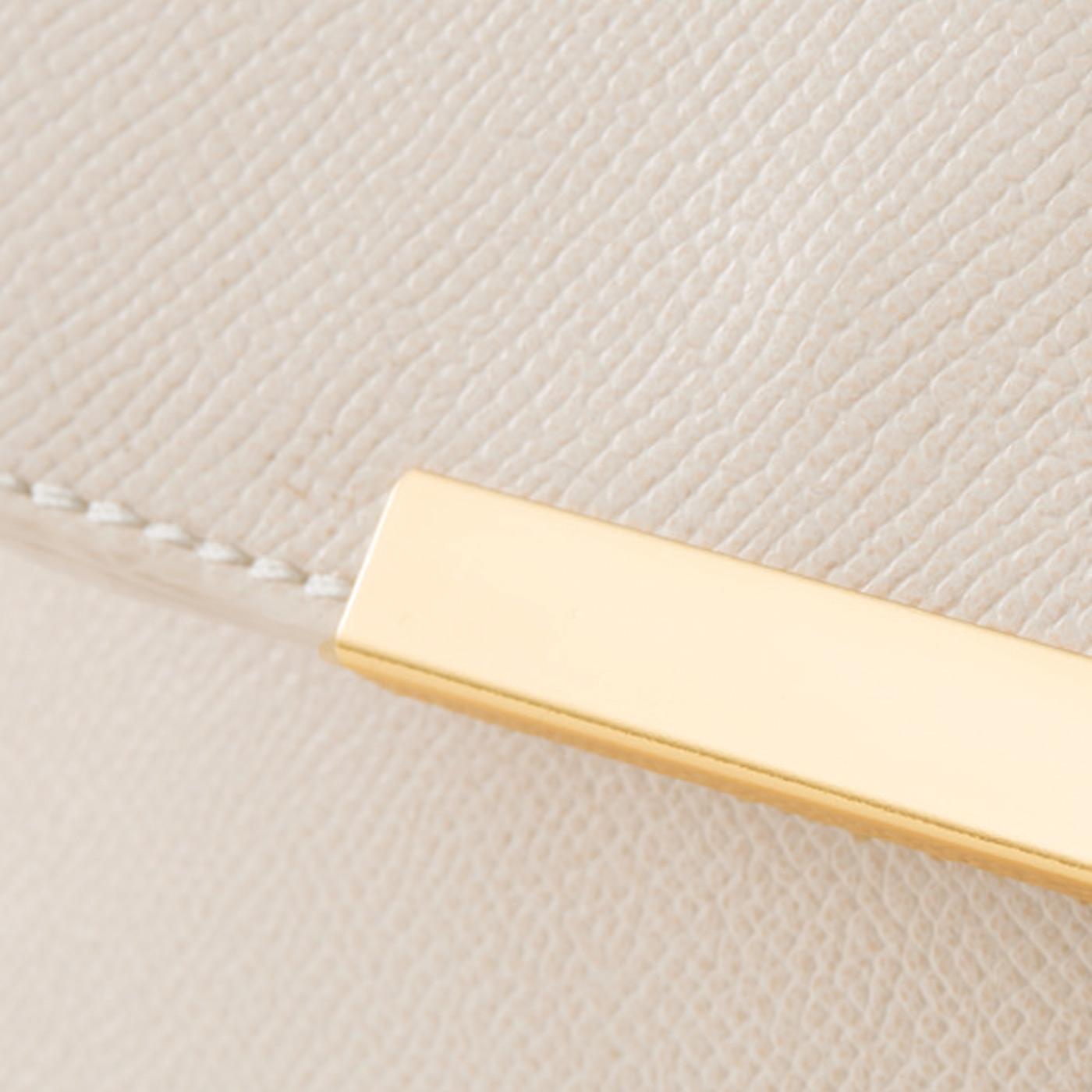 本革よりもお手入れがしやすい、型押しした合皮素材とゴールドカラーのポイント。