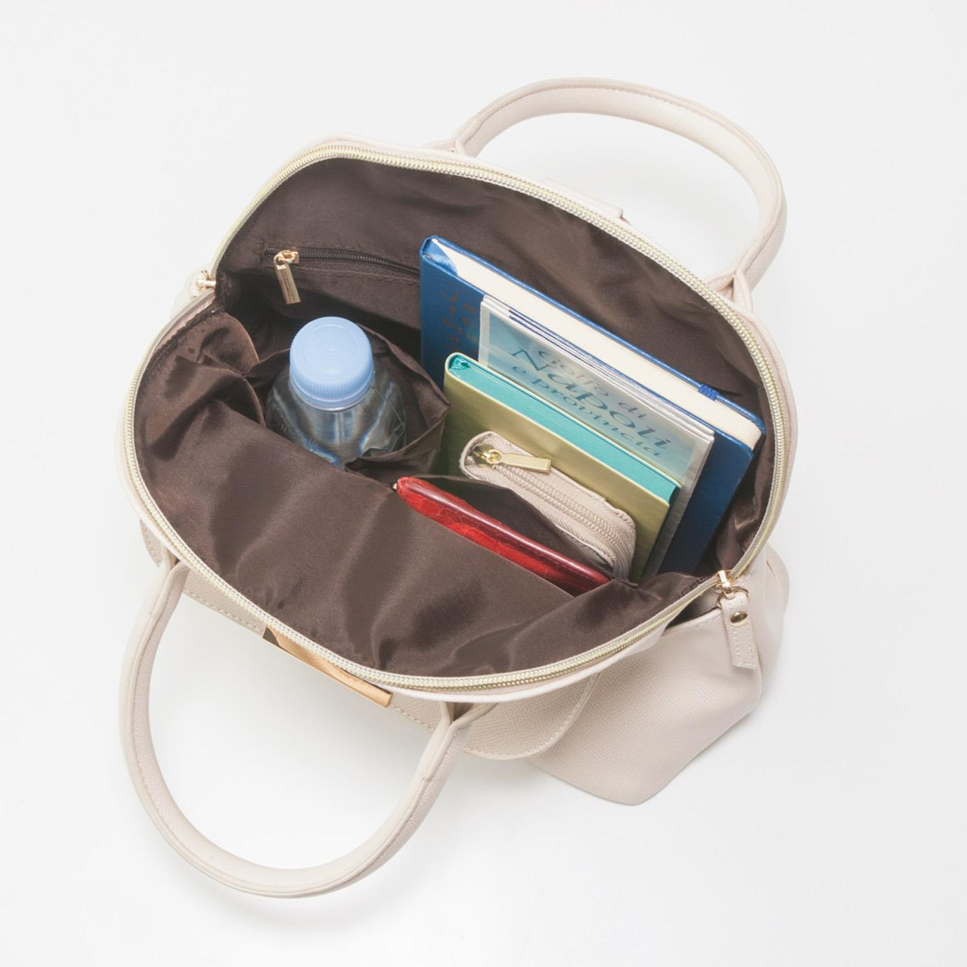 ペットボトルホルダーや大小の内ポケットですっきり収納。