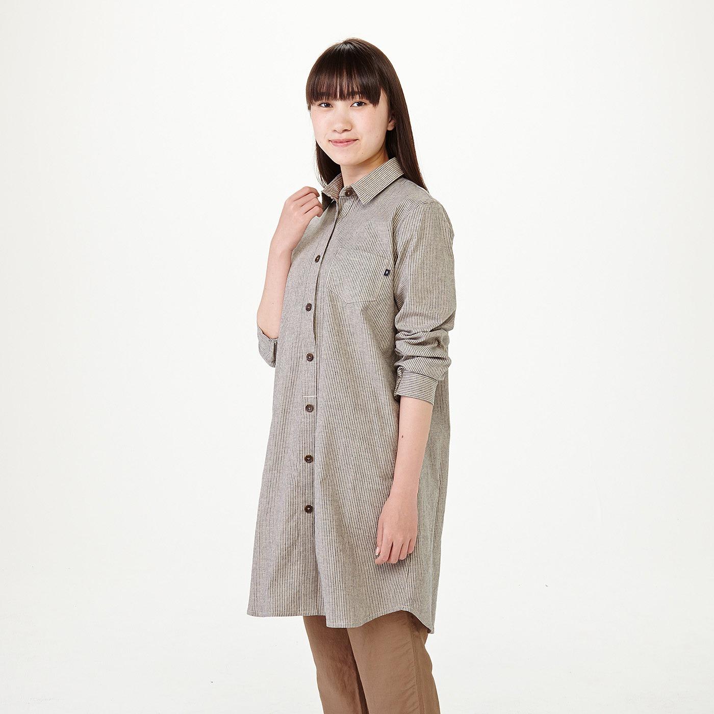 モデル身長約160cm 着用サイズM 〈ブラック×アイボリー〉袖口はボタンではなくゴムなので、さっと腕まくりできます。