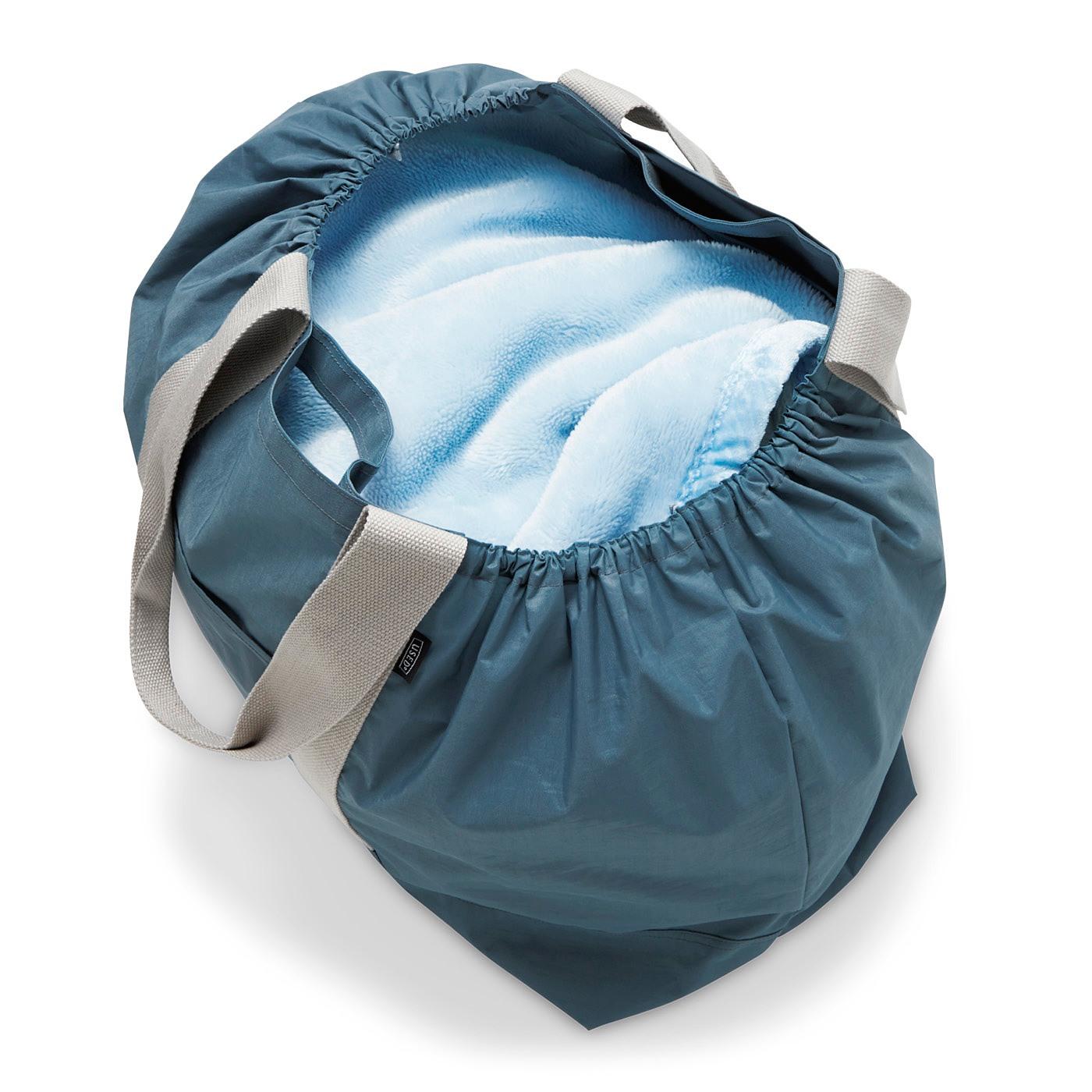 毛布も入る大容量サイズクリーニング用のランドリーバッグとしてもさまになります。
