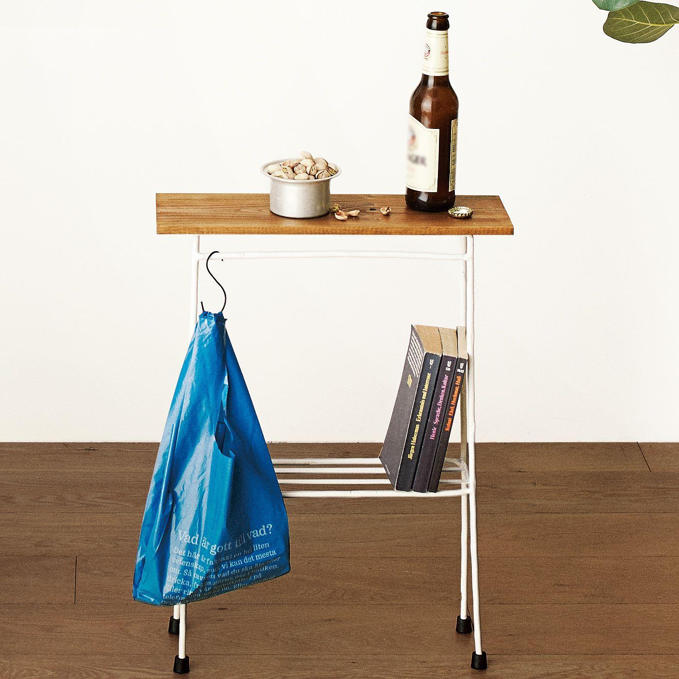天板したには、フックなどを掛けられるバーと、本などを置くのにぴったりのスペースが。