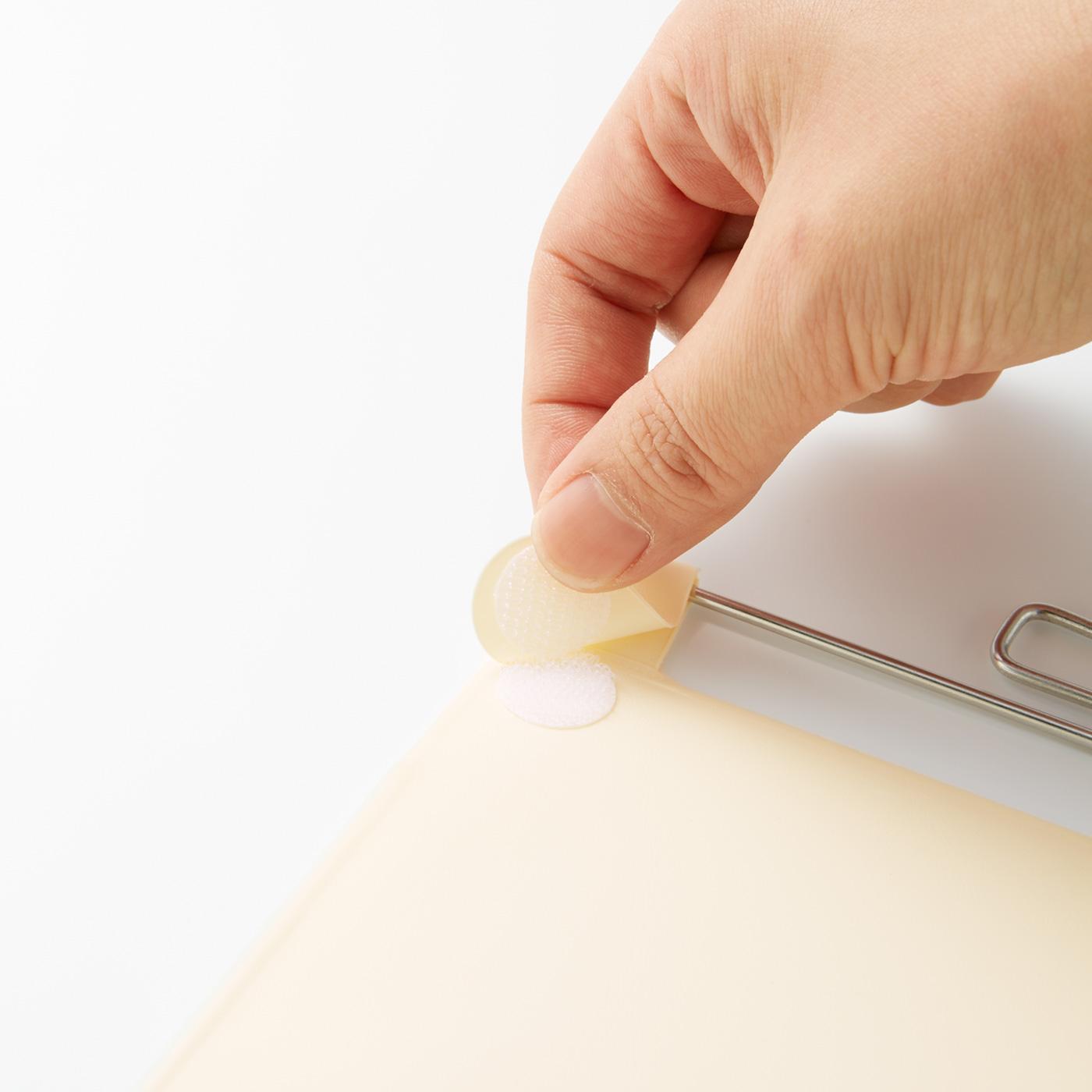 クリップの方向が変えられる面ファスナー仕様で両サイドどちらにでも付けられます。