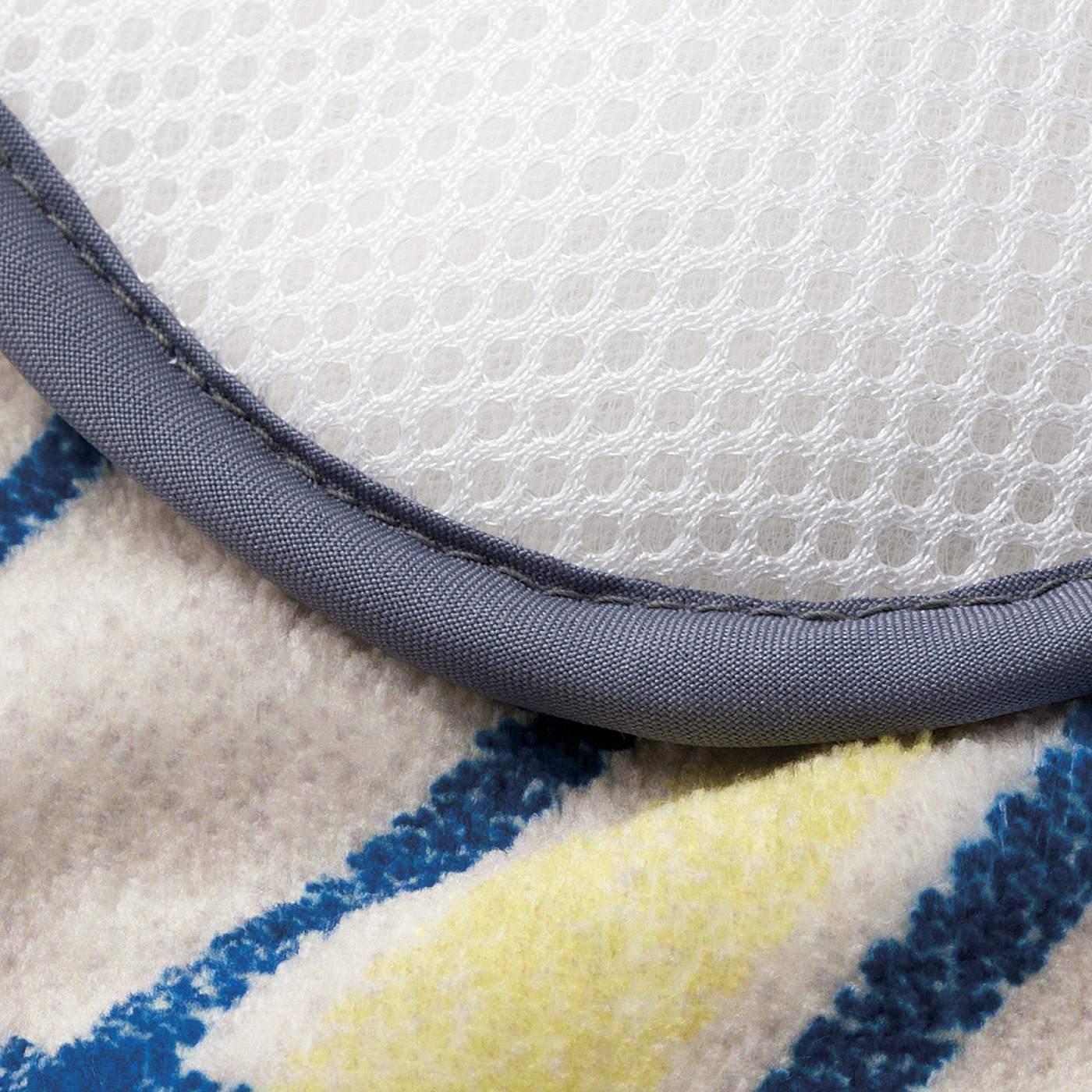 表は、吸水・速乾性のあるマイクロファイバー素材で、裏は、乾きやすいメッシュ素材だからいつでも足もとが快適。