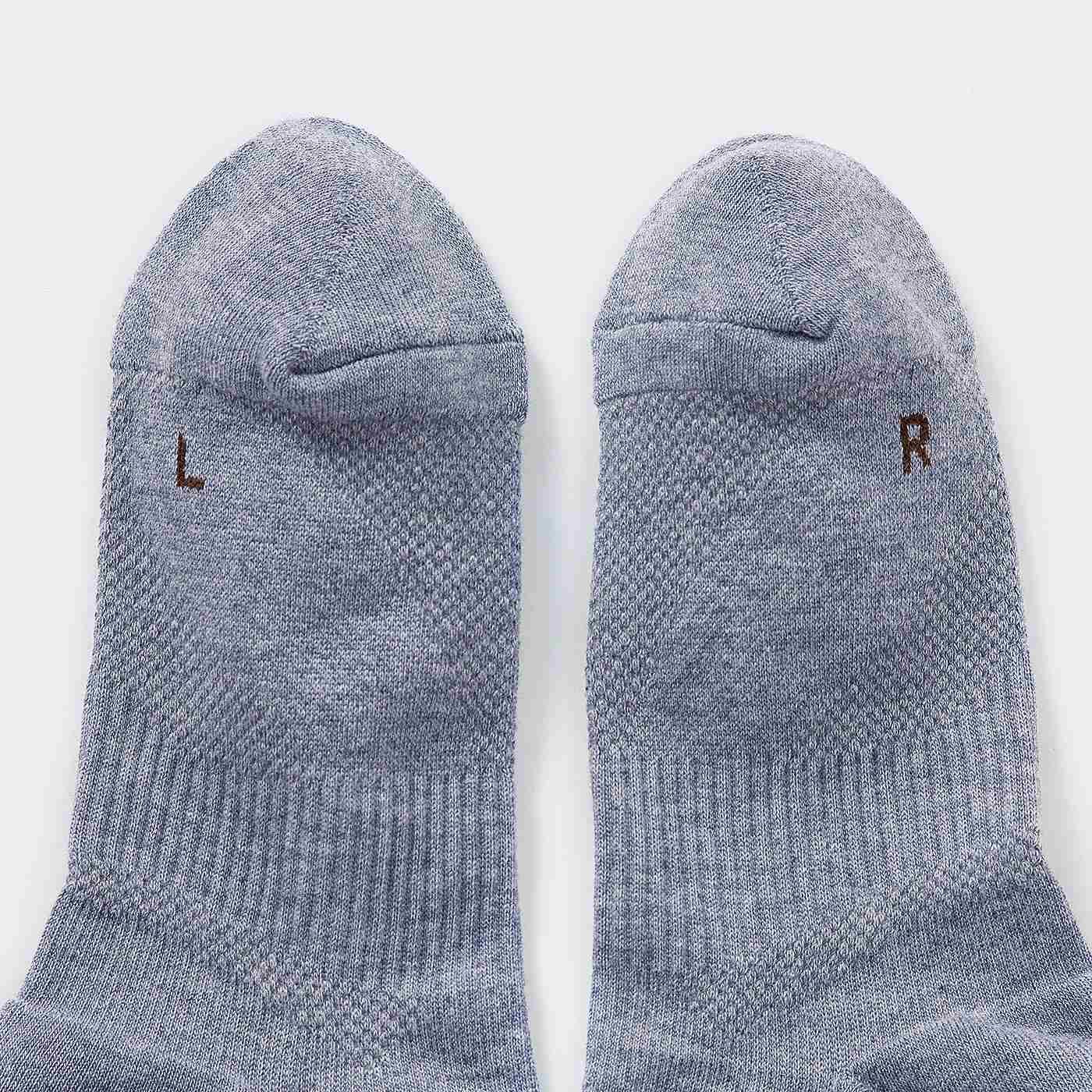 編み立てられたパワーラインが左右の足で異なるので、左右がわやりやすいマーク付き。