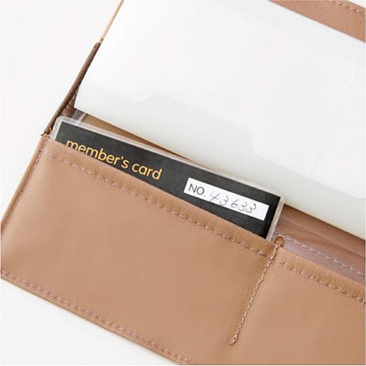 カバーの後ろポケットには、幅9.5cmのラミネートカードも収納できます。