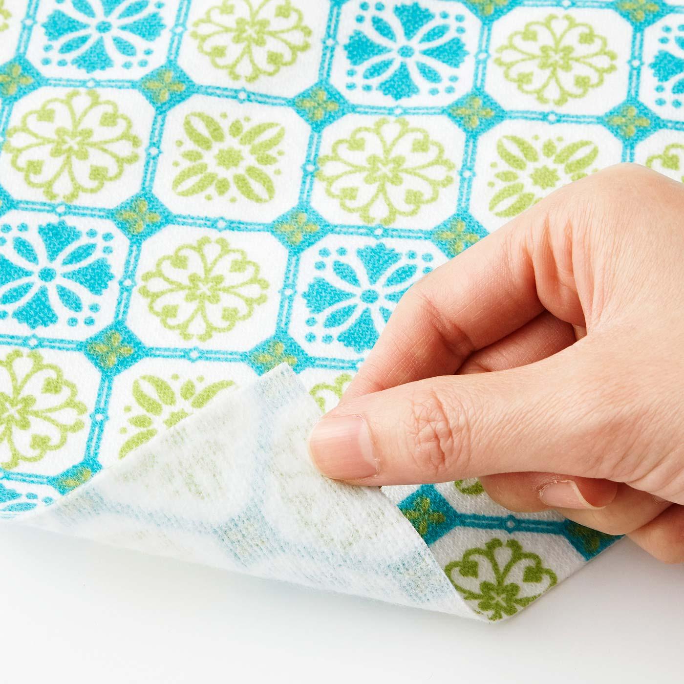 厚さ約1mmの不織布の裏面に消臭機能を加工しています。