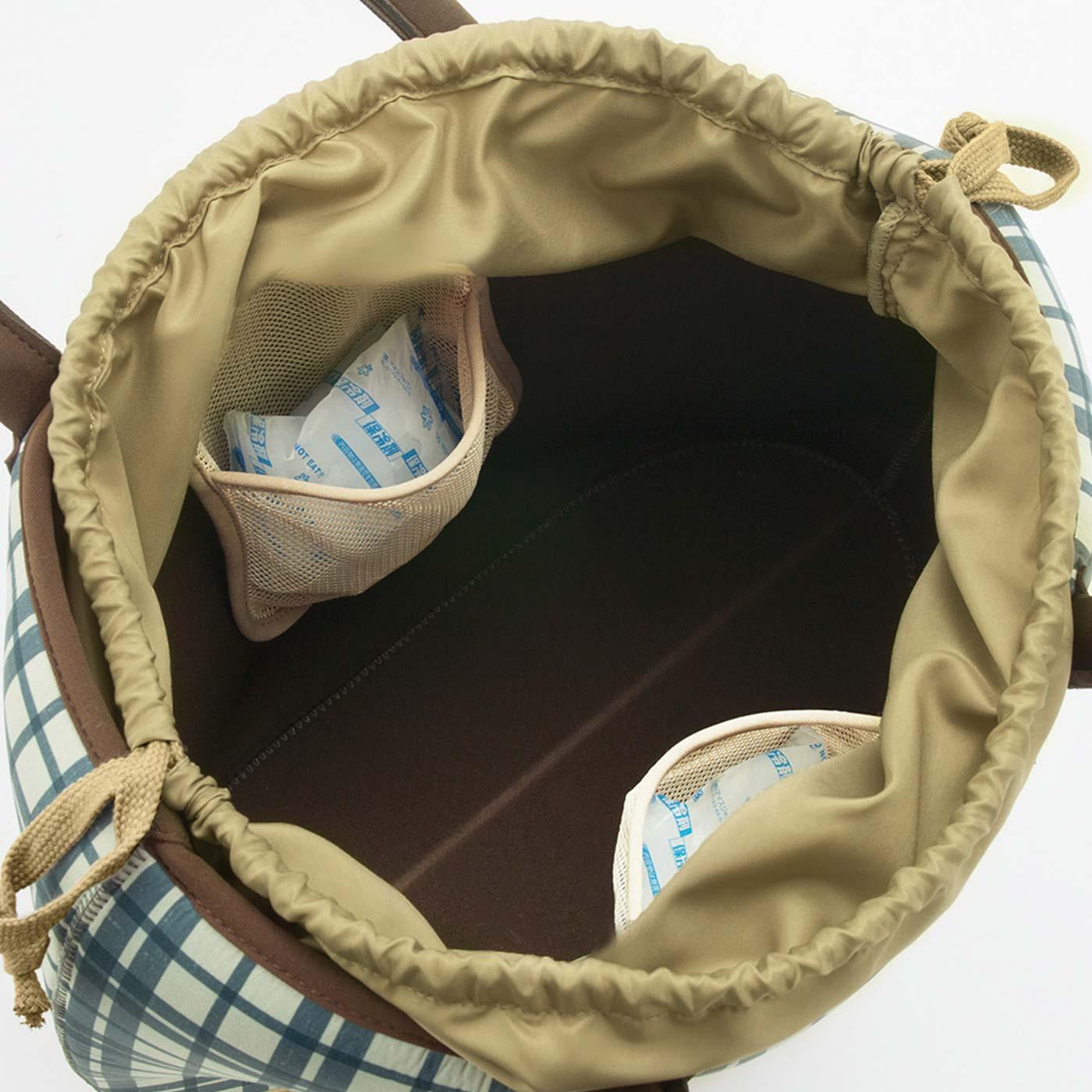 両側面には保冷剤が入れられるメッシュポケット付き。