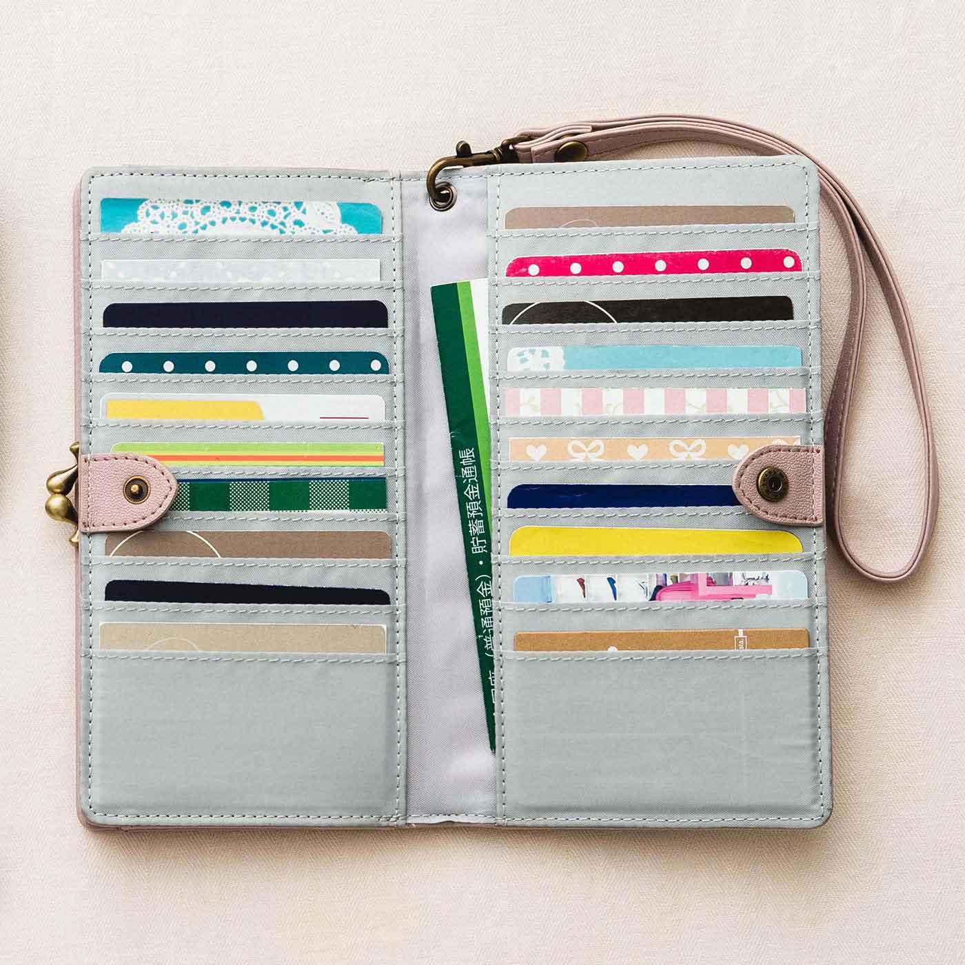 横入れタイプで、カードをすぐに取り出せる仕様。中ポケットには、セールDMやレシート、通帳などが入れられます。