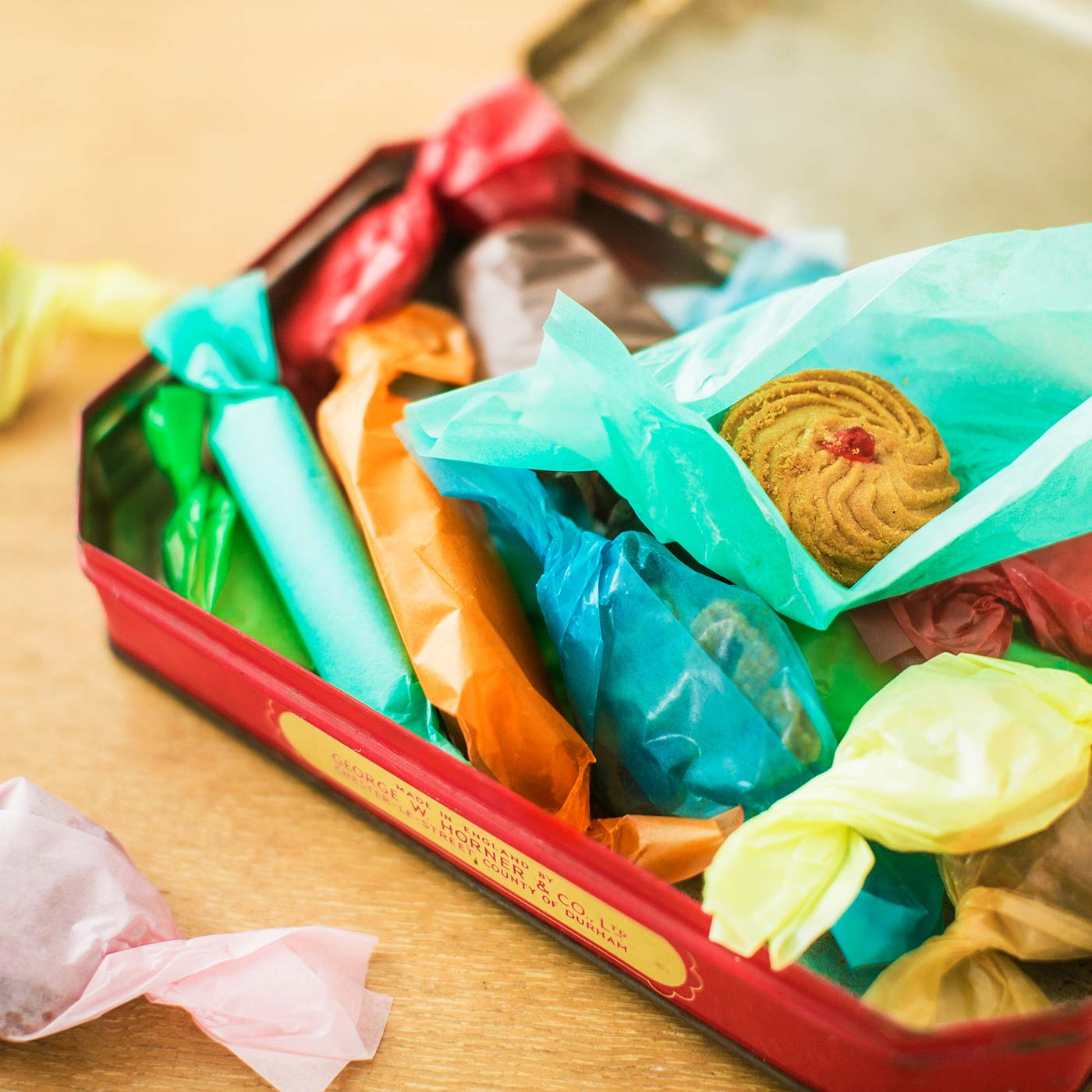 お菓子を包んで端をくしゅっとねじるだけでOK。