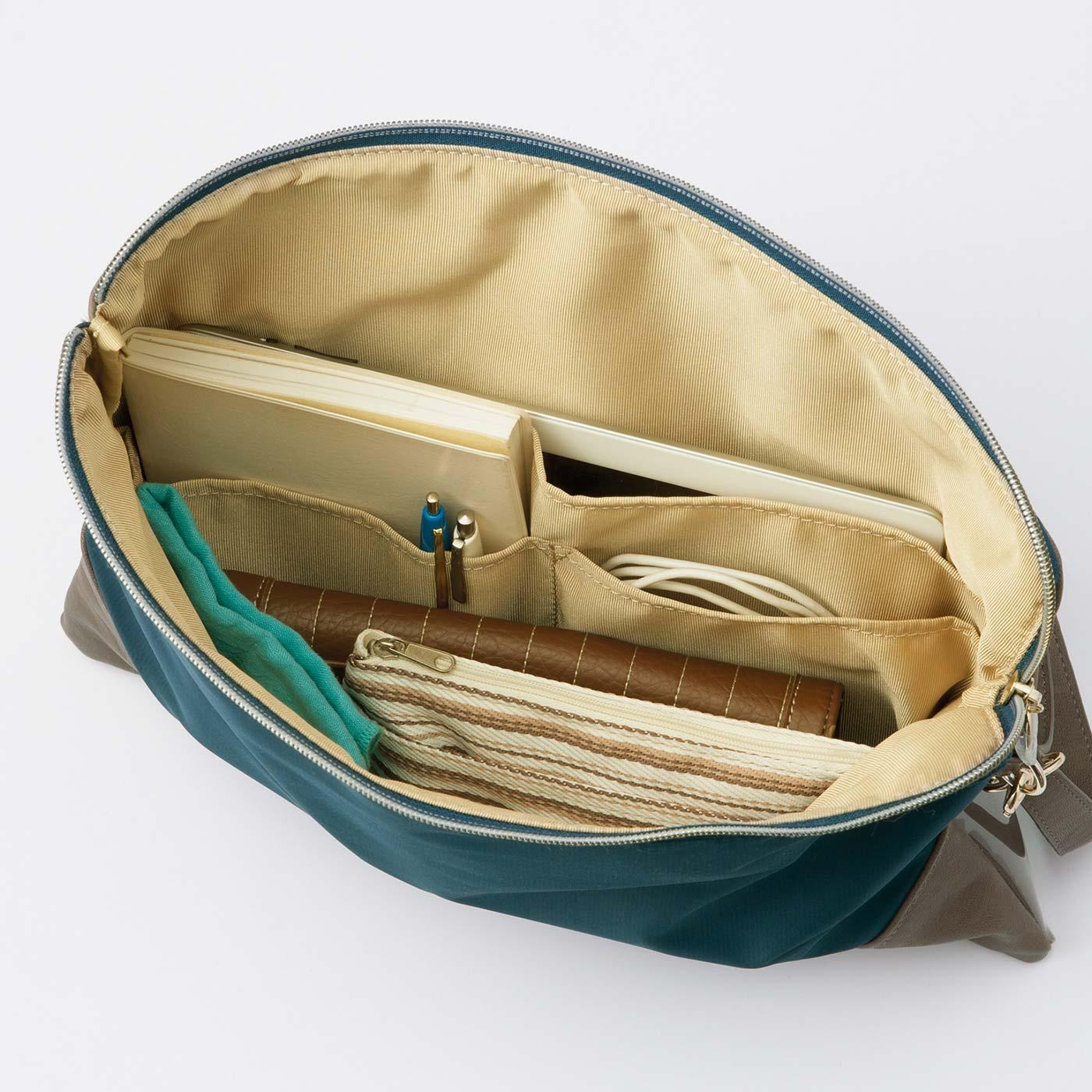 大小3つのポケットで雑多になりがちな小物を収納。タブレットもすっぽり。
