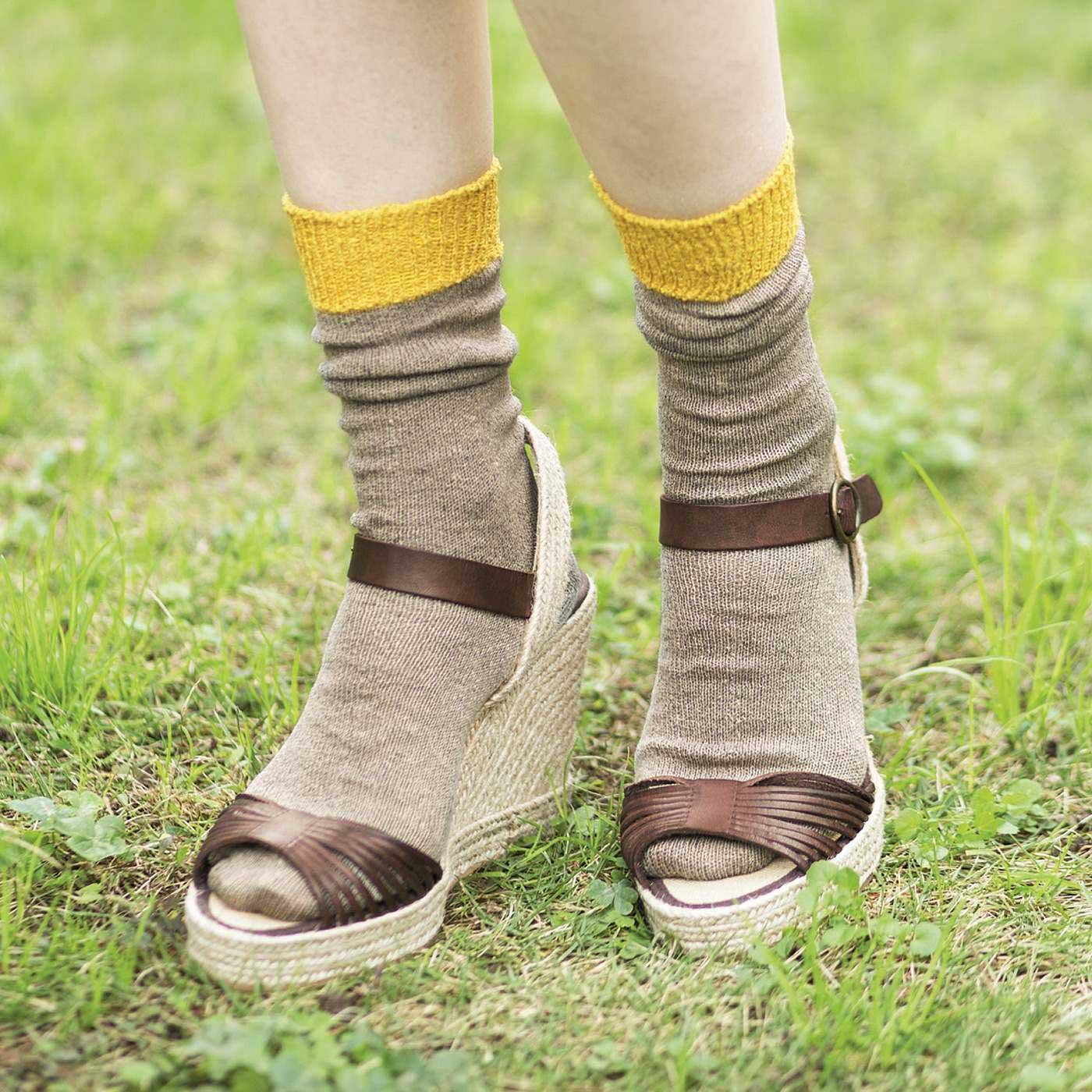 ヒールサンダル 素足だと足裏がべたつきがちなサンダルもさらさら快適に。くしゅっとさせてこなれ感を楽しんで。