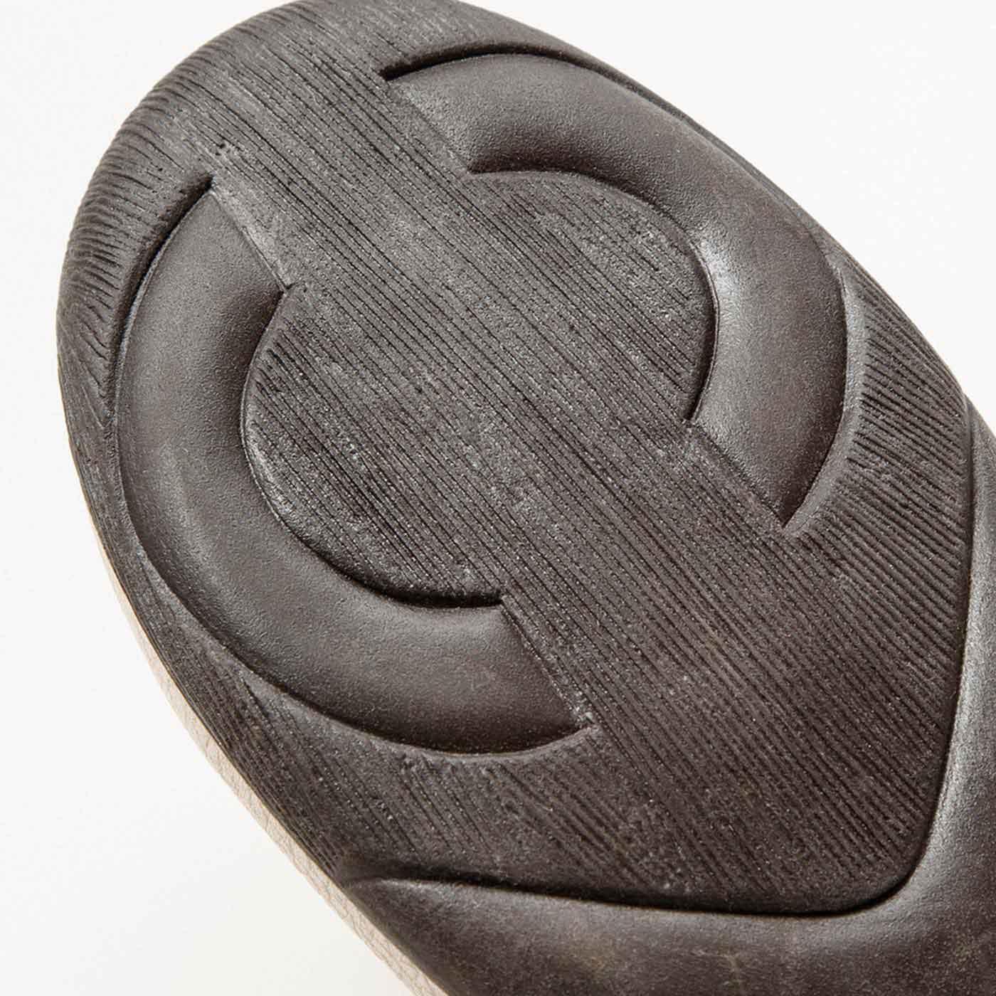 凹凸のある立体ソールが疲れにくく滑りにくい。