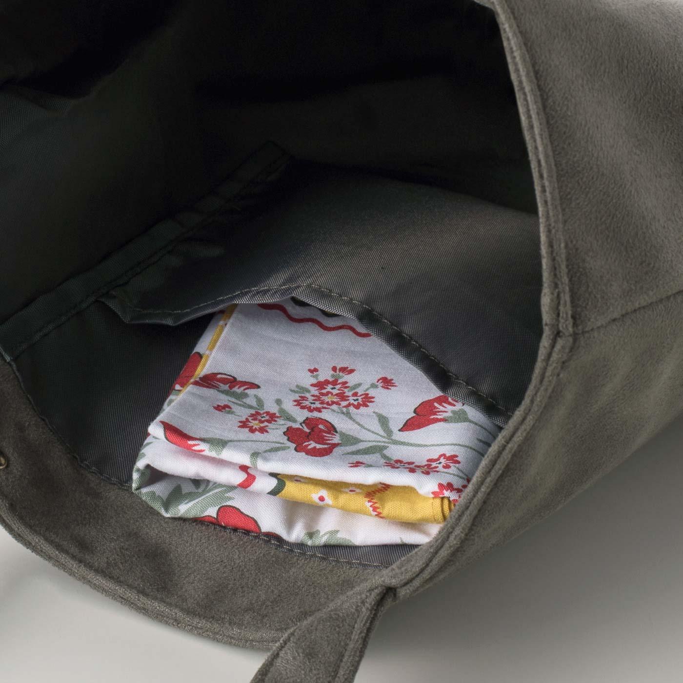 ハンカチなどの小物が入れられる、便利な内ポケット付き。