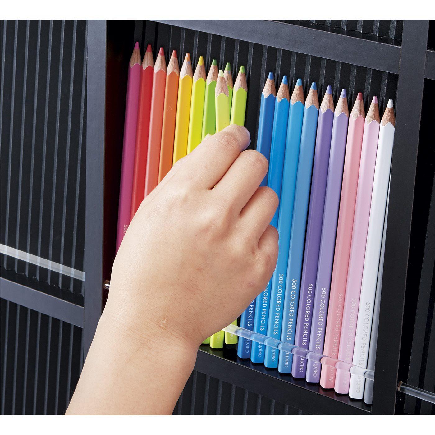 背板は波型になっていて、四角い色えんぴつを角度をつけて並べられます。取り出しやすく、色えんぴつが滑り落ちにくいストッパー付き。