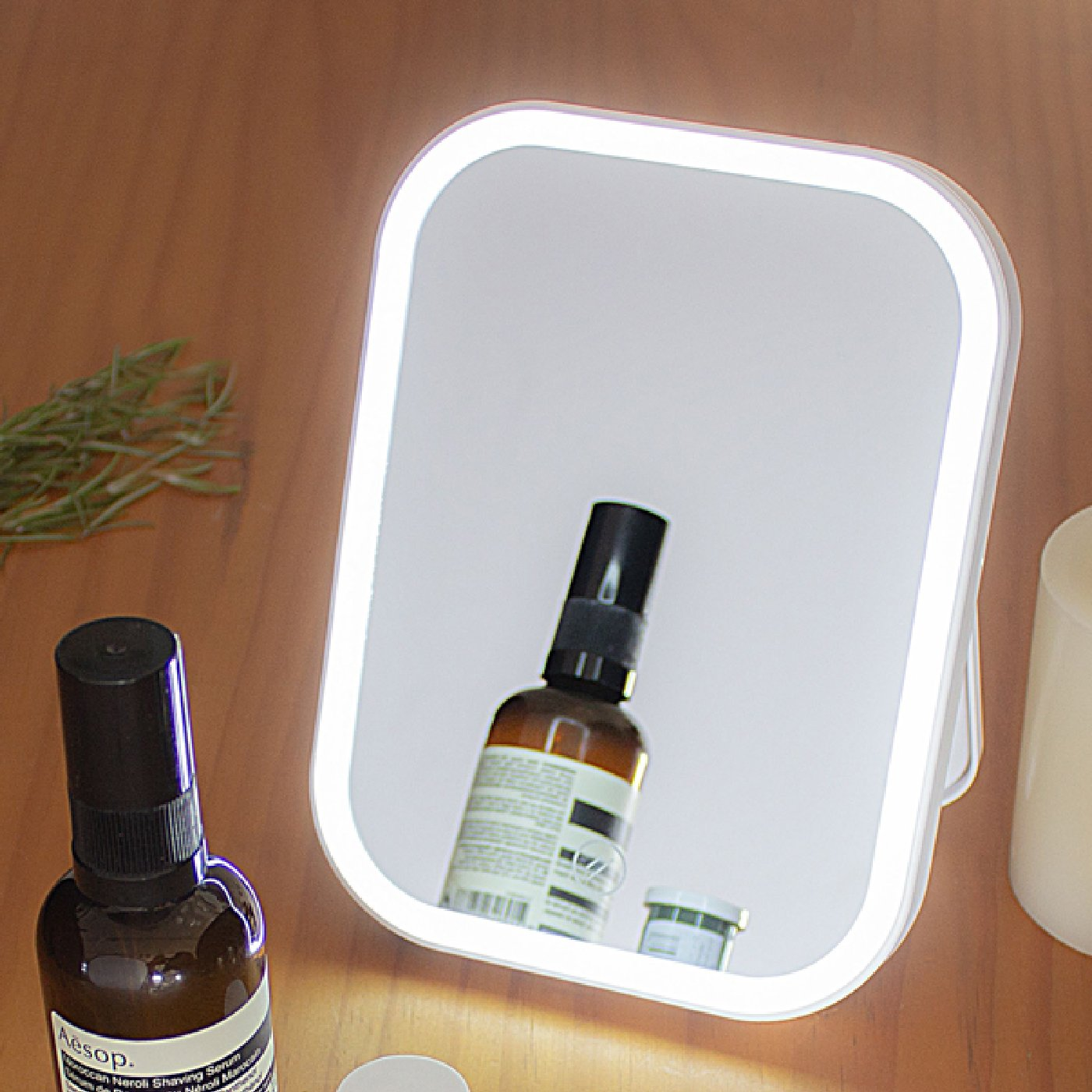 持ち運びやすいスリムなデザイン リッカ LEDメイクアップライトミラー