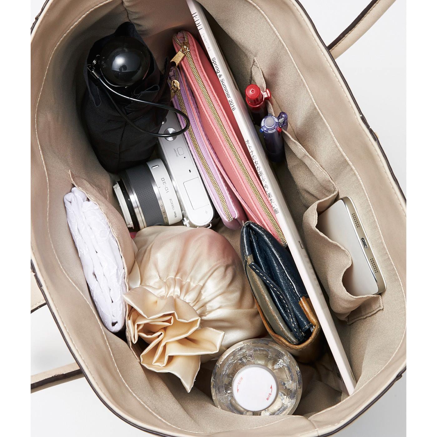 財布、スマホ、A4書類、ペン、ポーチ、ハンカチ、ティッシュにペットボトル、スリッパ、カメラ、折りたたみ傘、すべて入れても、こんなにスッキリ。※お届けするカラーとは異なります。