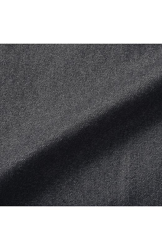 伸びやかで張りのあるレーヨン混の布はく素材に、撥水加工をほどこしました。