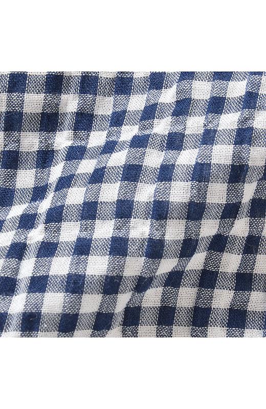 綿素材にポリウレタン糸を混紡することで、くしゅっとした質感を表現した薄くて軽い素材。ノンアイロンで着られます。