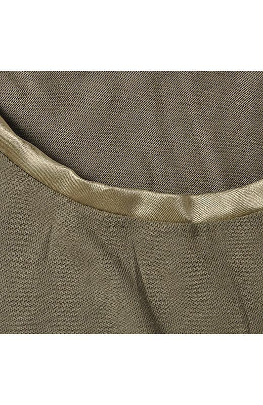 衿ぐりに上品な光沢感のサテンをあしらい、顔まわりの華やかさアップ。