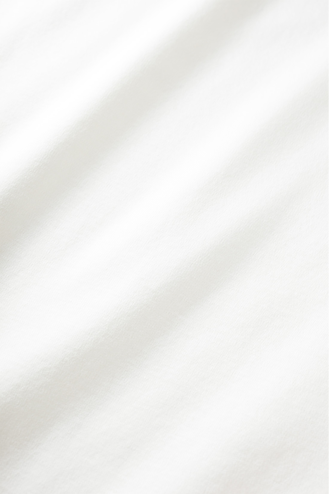 まるでシルクのような素材感 肌に当たる部分には、シルケット加工をほどこしたスムースカットソー素材を用いました。表面の毛羽をおさえることで、滑らかな肌ざわりで着心地よく、光沢もあるので見た目にも高級感があります。
