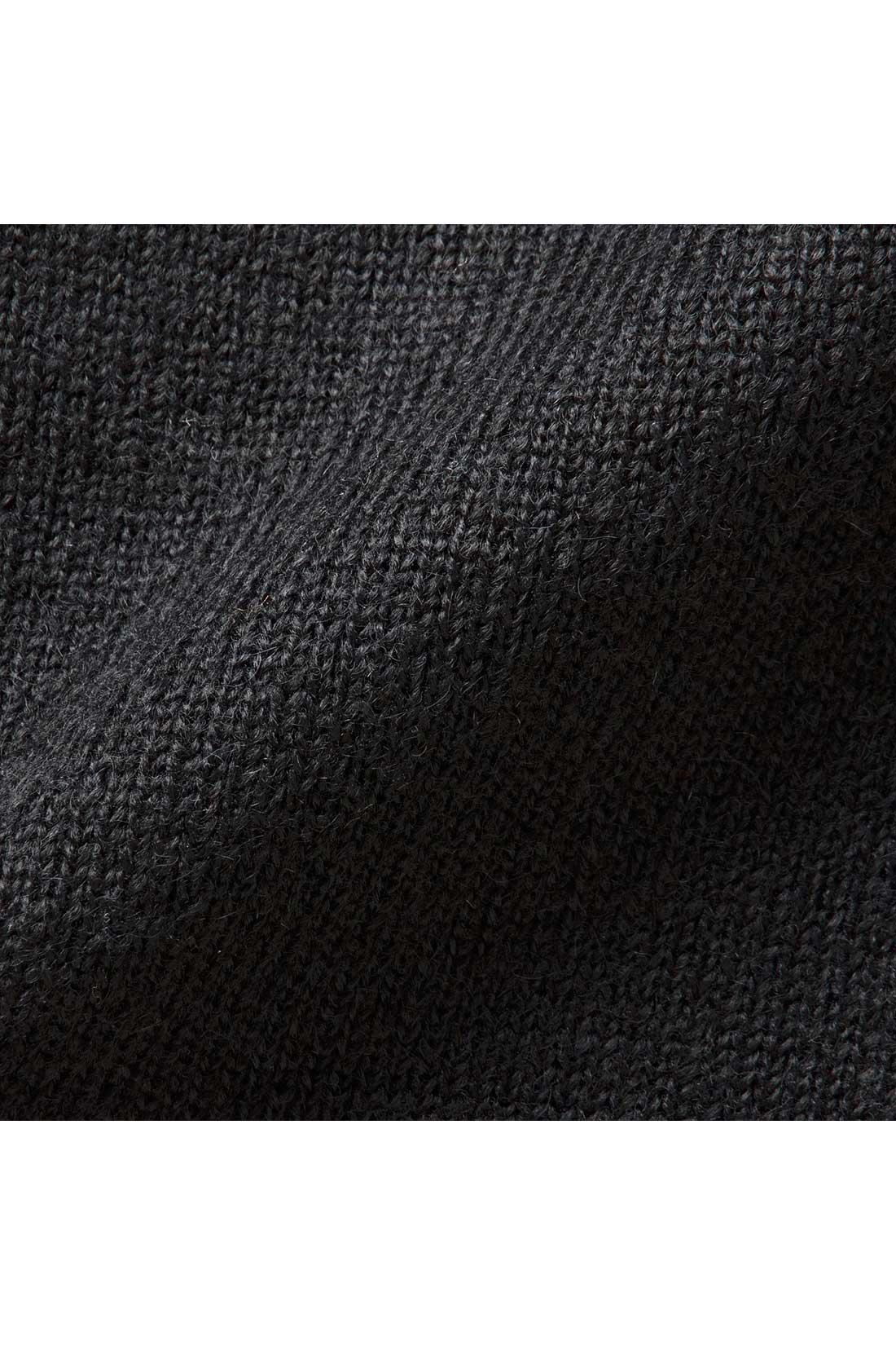 表面は無地、ほどよい厚みの両面編みニット素材。