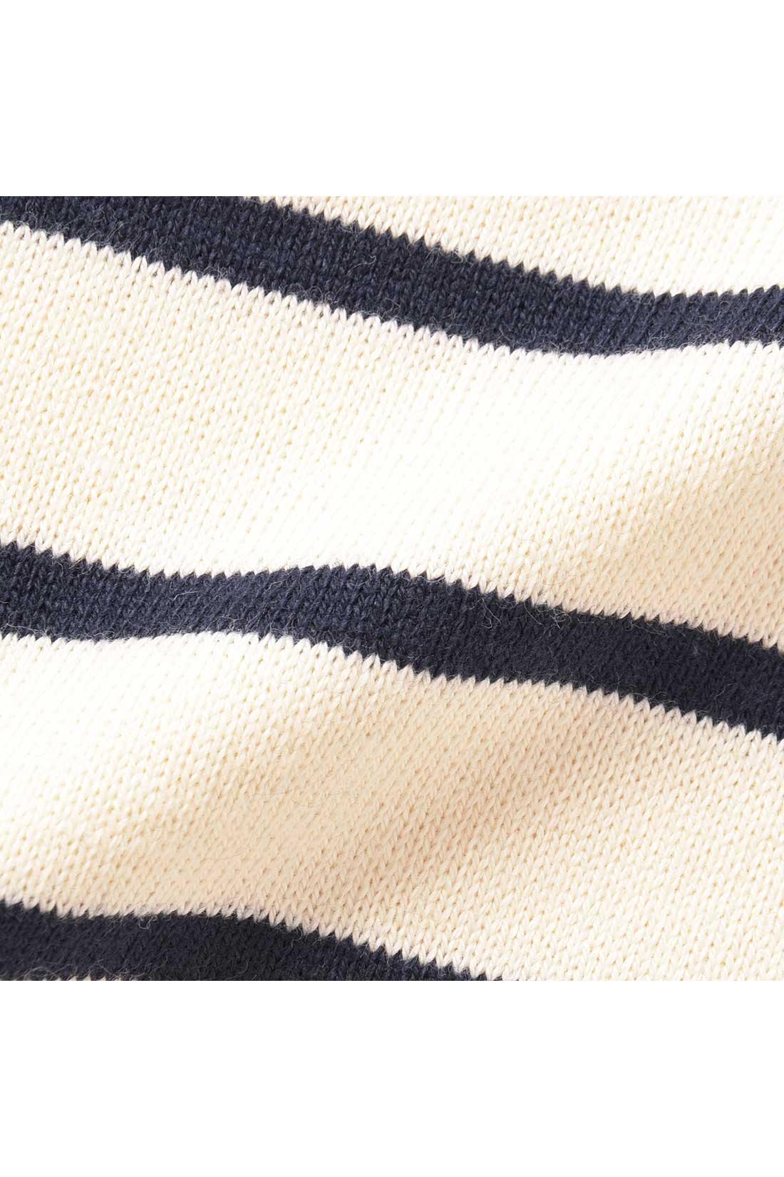 オーガニックコットン100%のカットソーは一枚で着映えする、ほどよい厚み。