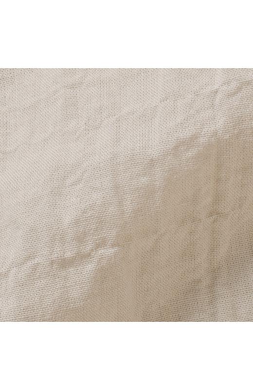 シャツ素材は軽やかな薄手のコットンにストレッチ糸を入れてぽこぽこした肌ざわりのいい表面感を作りました。