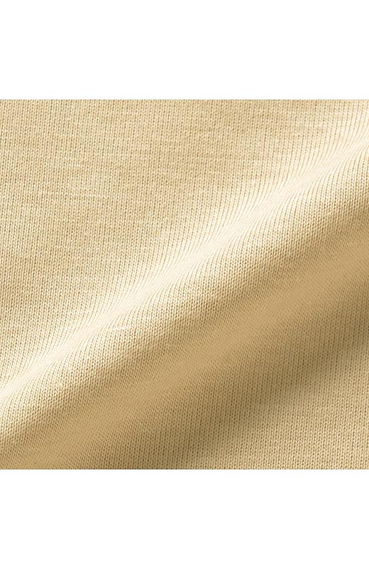 吸汗速乾加工のカットソー素材は、汗をかいてもすぐにさらりと快適。素肌に一枚で着てもやさしい肌当たりです。