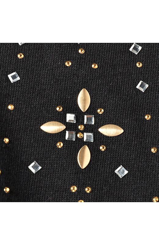 さまざまな形の繊細なパーツを、デコルテ部分にモザイクのようにデザイン。華やかなネックレスを着けてるようなデザインだからアクセいらず。重ね着してのぞかせてもきれいです。