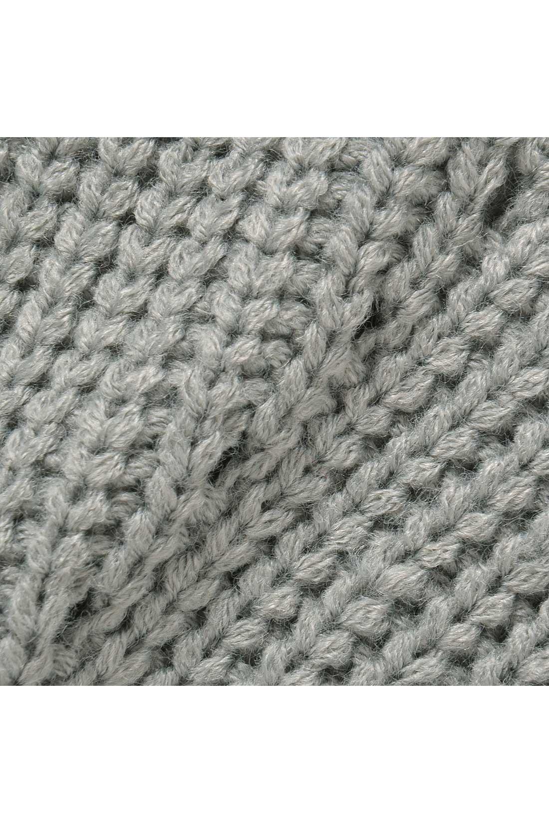 撚(よ)りの甘いやわらかな糸で編んだ、あたたかみのあるニットベスト。