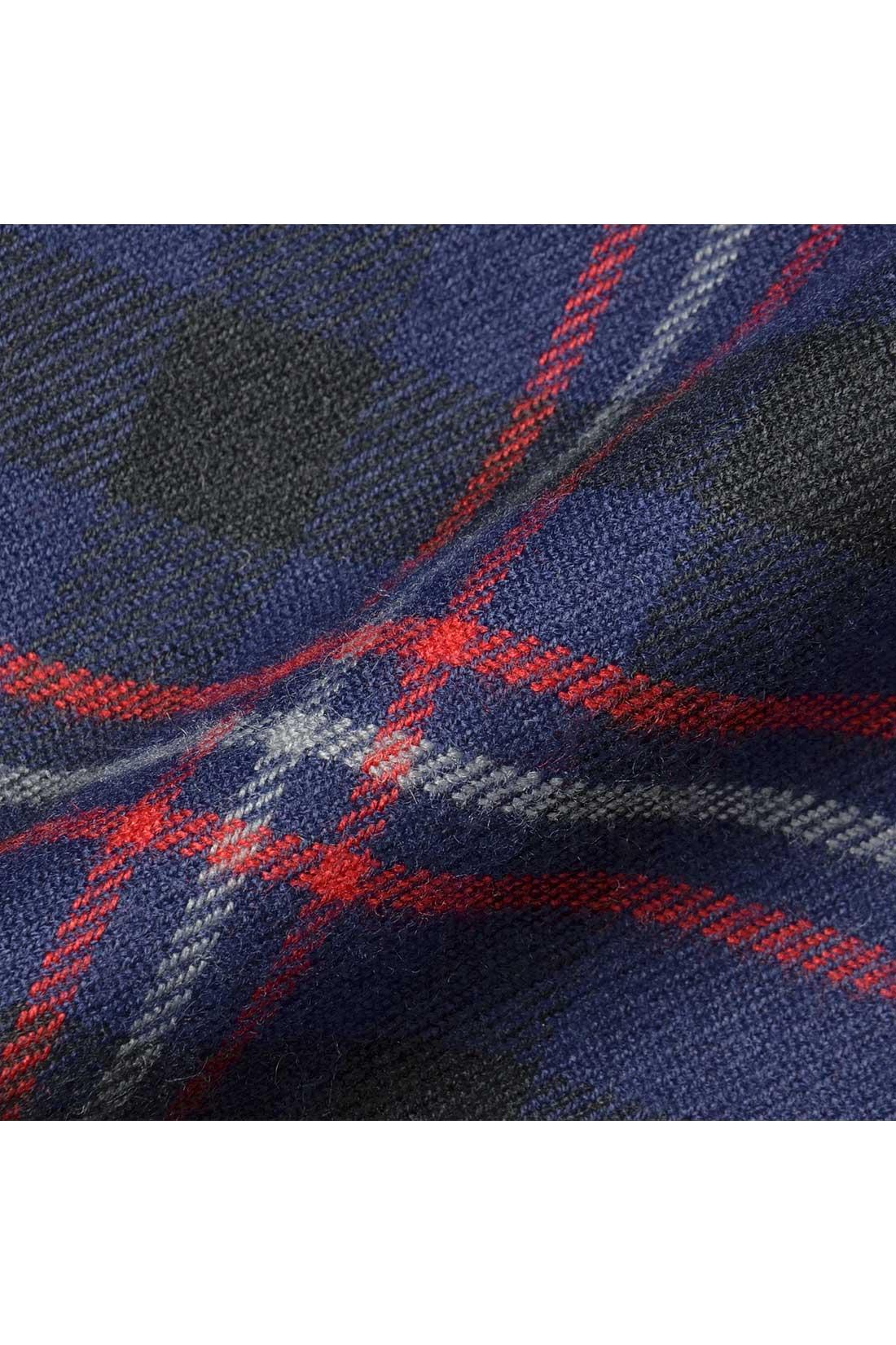 スカート部分は先染めのチェックを使用。