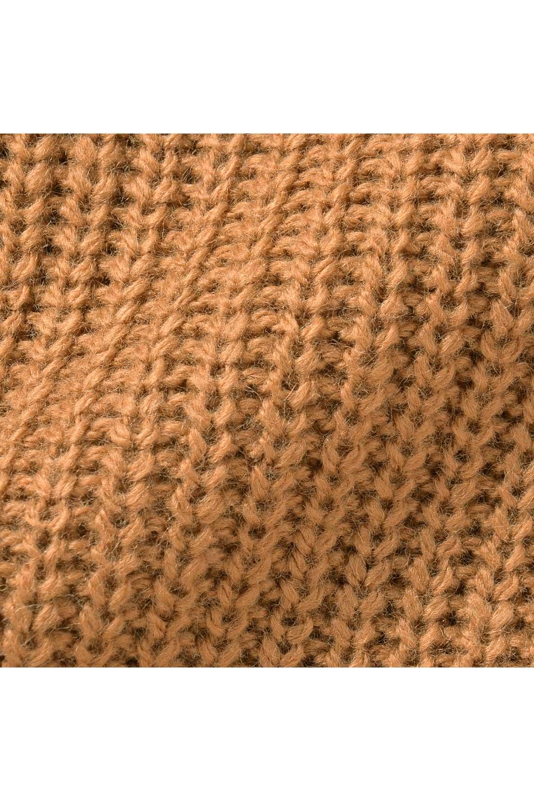 細めのあぜ編みが縦長ラインを強調してスッキリ。