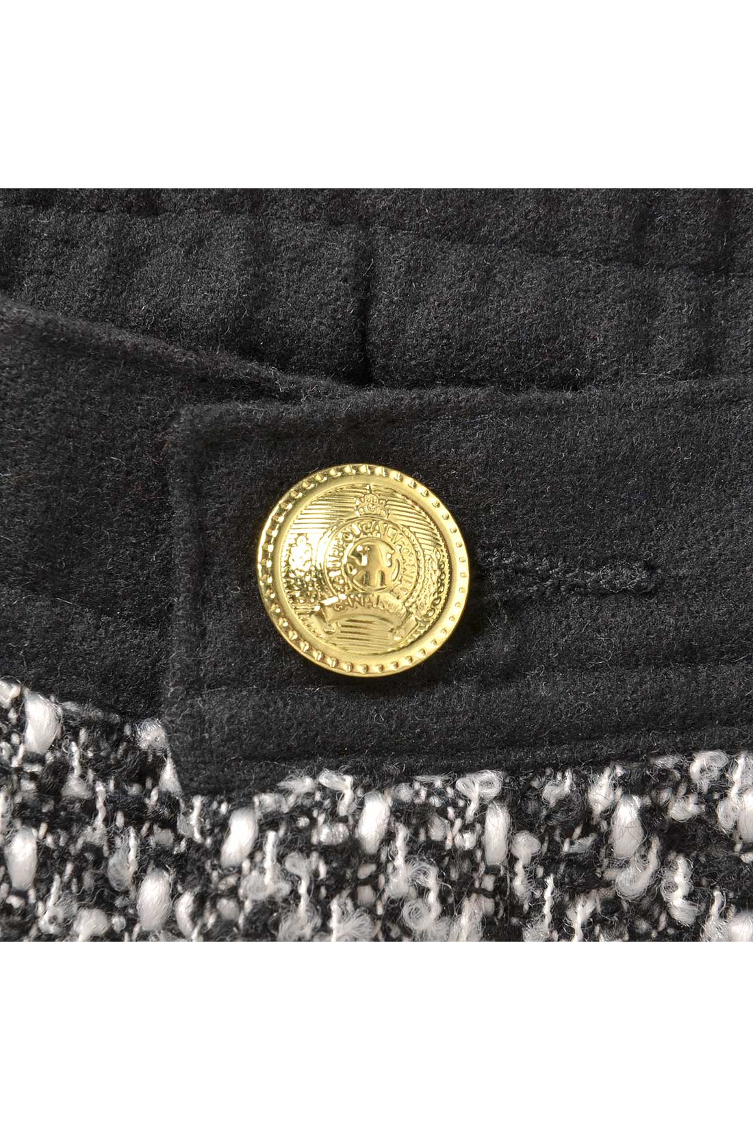 フロントはモチーフを刻印した金ボタンで高級感をプラス。