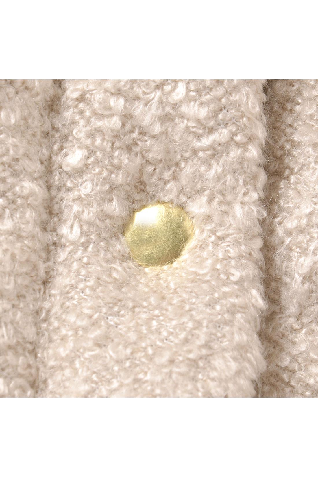 ゴールドカラーのスナップボタンがリュクスなアクセント。
