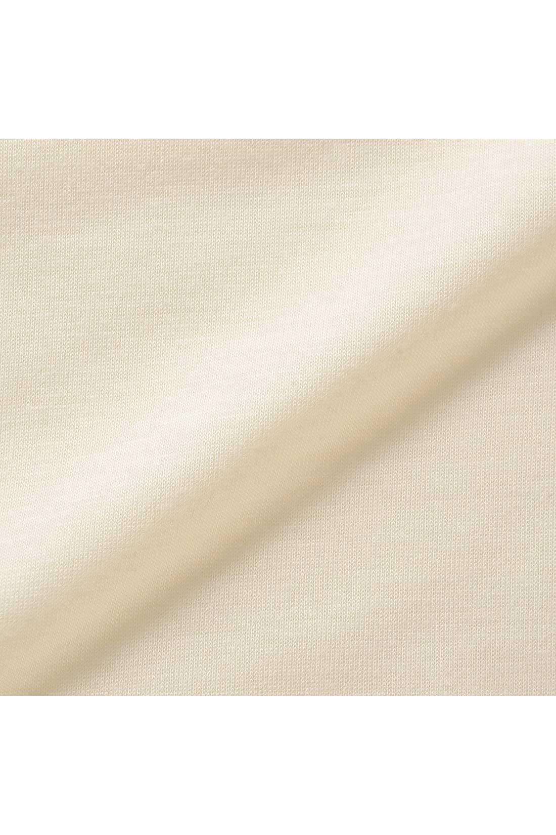 しなやかなレーヨン混のカットソー素材。とろんと上品な風合いが魅力です。